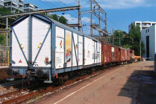 Denne velrestaurerede godsvogn uden graffiti tilhørte et sporbygningsfirma, der også havde en trolje til at trække den. Toget holder i Lugano 2009.