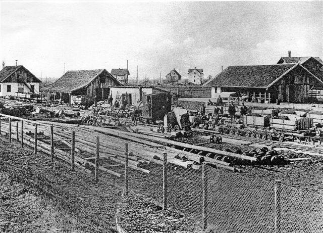 Lokomotivet på dette foto er på 20 hk og taget i Widnau ca. 1910. Det ligner en Krausser? Schweizerne undrede sig længe over lokomotivets navn, Faxe. Det sagde dem ikke noget, men så gjorde en tysk forsker, ovennævnte Ulrich Völz dem opmærksom på, at Faxe var et stednavn i Danmark! Vi ved, at der til den første Faksebane i 1866 bestiltes to lokomotiver hos Carlsruhe. Det ene fik byggenummer 284/1866, og bestilleren var Garde, København. Om lokomotiverne blev bygget, vides ikke. De blev næppe leveret, da Fakse Jernbane i stedet købte et lokomotiv fra Den oberschleschische Smalpsporbane, der havde det til salg, fordi de gik tilbage til heste! De to Carlsruhe-maskiner ses ikke i Fakses arkiver, men der er meget andet mystisk i den sag, og her skal ikke gættes. Billedet er, en fotokopi skyldes A. Heer, der har det fra Staatsarchiv Sct. Gallen. I Widnau lå en østrisk-schweizisk 785 mm bane, der regulerede Rhinens uhæmmede aflejring af mateialer fra Alperne i det schweiziske og østrigske lavland, inden floden løb ud i Bodensøen. Desværre har jeg aldrig været der. Der er i dag industrimuseumsbane.