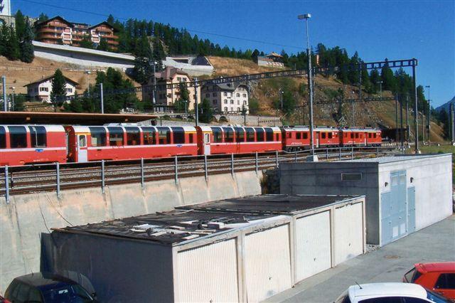 Berninaekspressen holder klar i St. Moritz, og jeg haster om bord, så jeg ikke fik noget foto. Toget består af seks panoramavogne fremført af to motorvogne. Den forreste er RhB Abe 4/4 II 43. De seks første herunder 43 er bygget 1964 - 65. Yderligere tre kom til 1965. De er bygget af SWS, SAAS og BBC. 65 km/t. 41 - 43 t. Et lokomotiver trækker 140 t. Det er ikke dårligt på en ren adhæssionsbane med 7 % stigning. 2009.
