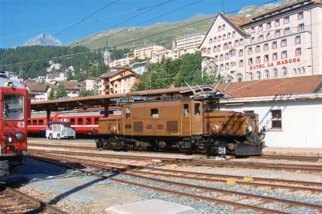 RhB Ge 6/6 I Den rhätiske Krokodille. Mellem 1921 og 29 byggedes 15 styk af SLM, BBC og MFO. 66 t. 55 km/t. 794 kW. Endnu 6 resterer, men som museumstykker som her, hvor den kører et udflugts-spisevognstog . St. Moritz 2009.