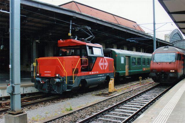 SBB 12 427. SBB Ee 992 006-2 fra Stadler. Vi er i Basel 2012. Til højre en styrevogn, der ligner en type 2000.