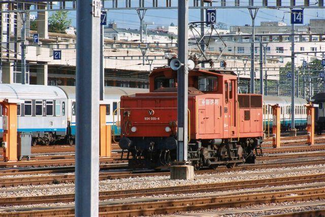 SBB 14 424. SBB Ee 3/3 IV 934 555-4 i Geneve 2009. Typen er bygget 10 eksemplarer og det er et firestørms-lokomotiv på 48 t. Den kører sikkert på 15 og 25 kV, men med to frekvenser. Desuden to jævnstrømsspændinger passende til Frankrig og til Italien.