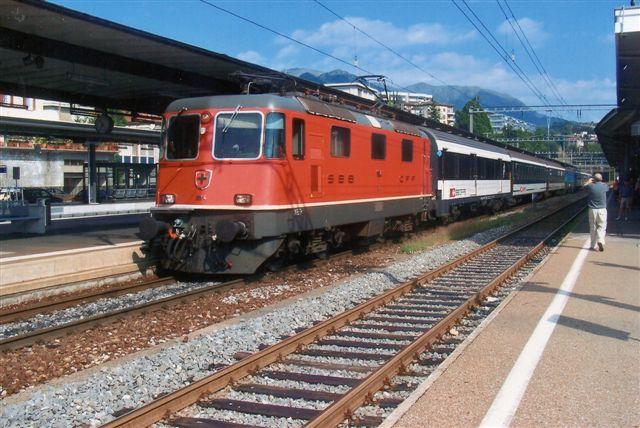 SBB 3 421. SBB 11194 i Lugano 2019. Tyoen hedder Re 4/4 II. Den var tidligere grøn. 276 eksemplarer er bygget af blandt andet SLM og BBC. En del er ombyggede til type 421. Enkelte er udrangerede efter uheld, og andre er solgt til BLS og MthB- De kører 140 km/t er på 4700 kW eller 6320 hk. Vægten er 80 t for uombyggede og for ombyggede 85 t.