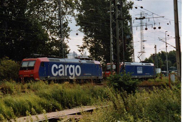 SBB 9 447.SBB Cargo 482 018-9 på Hamborgs Havn 2005. Lokomotivet holder sammen med et RAG 224 (Ruhrkohle AG) på havnebanegården Hohe Schaar i bydelen Wilhelmsburg. RAG-maskinen er i øvrigt også et SBB-lokomotiv lejet af RAG.