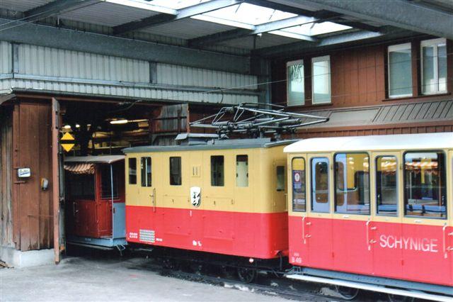 Schynige Plattte Bahn 11 og en lidt ældre personvogn ses. Wilderswill 012.