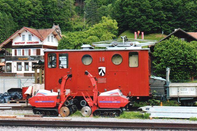 SPB 18 med runde vinduer. og et par sneslynger. Som Rhätische Bahn har denne bane stadig meldeklokker, men de er ikke vist. 2012.