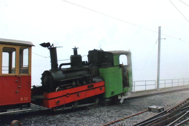 Banens damplokomotiv SPB 5, SLM 881/1894. Ved opkørslen var det noget tåget, men inden vi tog ned, forsvandt tågen. Schynige Platte 2012.