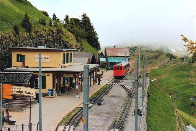 Stationen nu i bedre vejr. Bag fotografen et hotel og til venstre en alpebotanisk have. Landskabet var ikke vanskeligt til gåture for ikke alpevante. 2012.