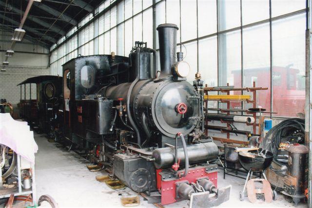 Schinznach 5 548. Schinznach Baumschulbahn Pinus, Henschel 26672/1937. Dette lokomotiv så jeg i levende live køre rundt i en grusgrav i Lyrskov ved Slesvig i i 1966. Der varogså en mulighed for, at lokomotivet havde været i Danmark for Værnemagten under krigen, men en ansat ved firmaet oplyste, at nok var han og firmaet på Vestkysten under krigen, men Værnemagten (OT) stillede materiel, så han mente ikke, at lokomotivet var i Danmark. I givet fald ville det også være blevet der som britisk krigsbytte. 2012.