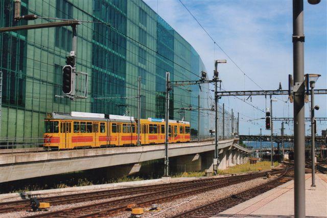 Baselland Transport AG BLT 110 på linje 10 passerer hovedbanegården i Basel 2012. Denne linje kørte helt ud af byområdet og ind i Baselland og passerer igennem et hjørne af Frankrig. Derfor drives linjen ikke af BVB. Schweiz er ikke i EU, men alligevel kører sporvognen i Basel både i tyske og franske dele af byen trods EU-bureaukrati.