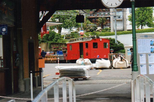 Dette billede viser, at hvis jeg ventede til alle civile var væk havde lokomotivet også nået at dække for denkmalet. 2012.