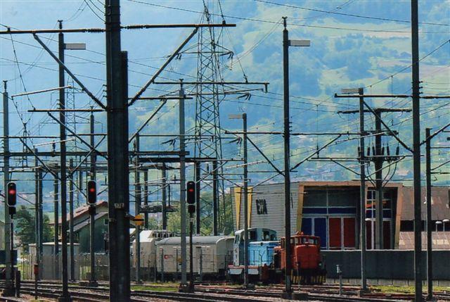 Fra Flüelen på Gotthardbanen tog vi toget tilbage til Luzern, da både plan A og B gik i vasken. Da togene kørte efter nødplan på grund af et bjergskred, turde jeg ikke gå længere for ikke at misse mit tog, så med tele så jeg en ex SBB Ruston uden ejerdata og en mystisk blå, der viste sig at have været SNCF BB 71010. På et tidspunkt til RBE Rive-Bleue-Express. Hvem, der ejer materiellet nu, vides ikke. Til Flüelen kørte på det tidspunkt sand fra Gotthard tunnelen til Vierwaldstättersøens bund til naturgenopretning, men lokomotiverne havde næppe noget med den sag at gøre. 2012.