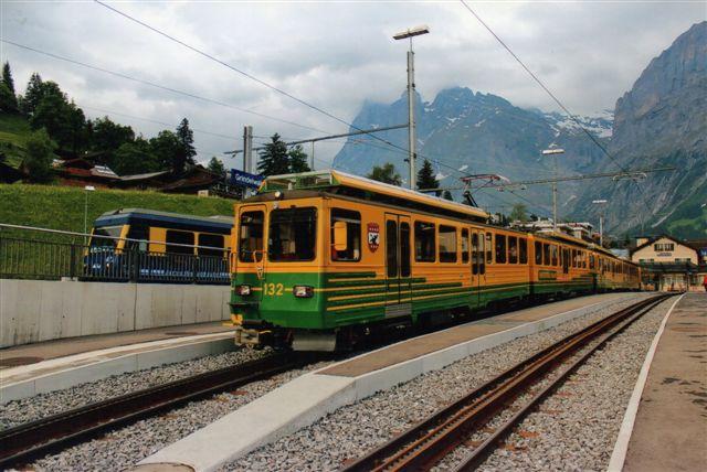 WAB 252 i grøn-gul. BOB i blå-gul ses til højre. 2012.