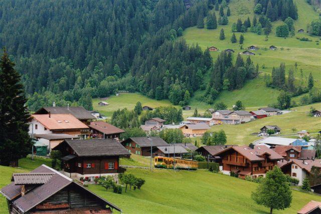Vi kunne også se toget komme op igen mod Grindelwald fra stationen i Grund. Banen lå blot mellem gårde og huse og hoteller.