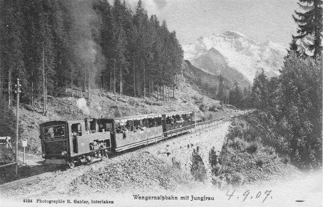 Postkort sendt 1907 med WAB damptog på vej til Kleine Scheidegg. Banen er her i dag forlagt. Lokomotivet er en af flere end maskiner.