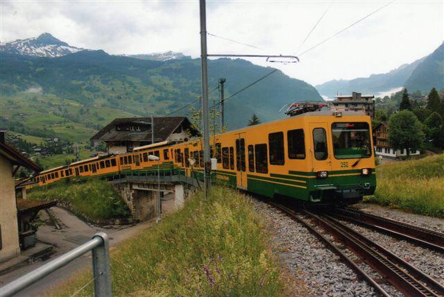 WAB 252 forlader stationen i Grindelwald. Straks går det nedad bakke. 2012.