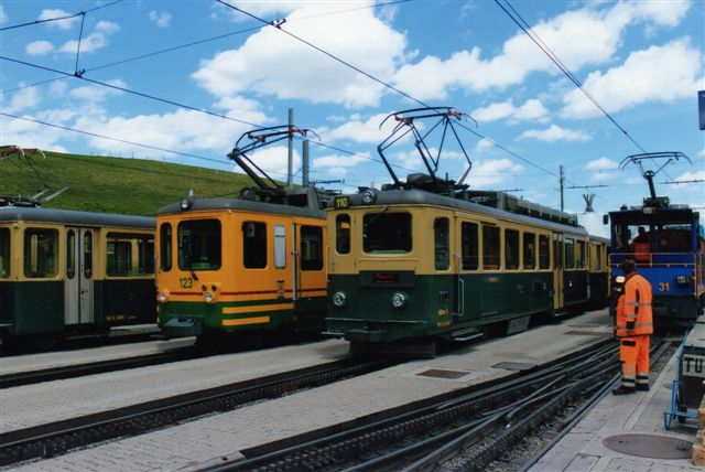 Tre motortortog af forskellige type samt rangerlokomotivet i Kleine Scheidegg. Til venstre den ældste og dernæst den yngste. 2012.