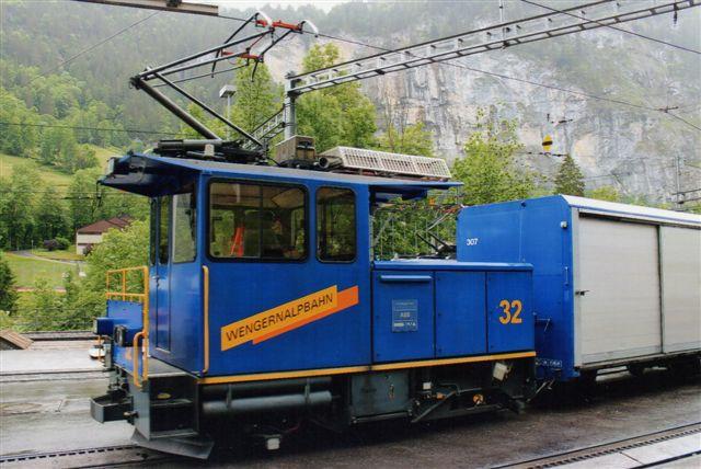 WAB 32 i Lauterbrunnen. Pladen viser, at flere fabrikker har deltaget. Stadler har ikke leveret det elektriske udstyr, idet ABB også har deres navn skrevet på. 2012.