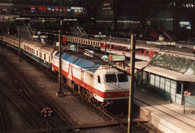 Heller ikke DB 240 002-6, der her ses i Hambor 1992, var noget særsyn. Serien bestod af tre lokomotiver bygget af MaK, som DB prøvede dog uden at falde for dem. Det gjorde NSB så til deres senere store fortrydelse. Efter en generel ombygning endte NSBs lokomotiver hos NOB. De tre MaK DE 1024-prøvelokomotiver købtes af HGK, hvor et brændte, men formentlig sammen med søstrene solgtes til Voiths lokomotivfabrik i Kiel. Sidst jeg så den en, var den ombygget til hybridlokomotiv, men alligevel hensat.