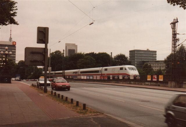 I 1992 var ICE rimeligt nye, og Kennedybrücke nordvest for hovedbanegården tog jeg DB 401 007-0 mellem to biler.