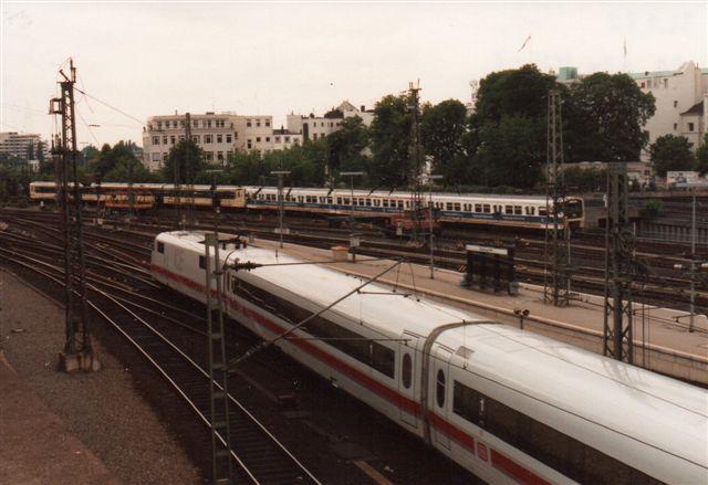 S-banetog på Kennedybrücke i 1992 med DB ICE 420 413-7 i forgrunden.