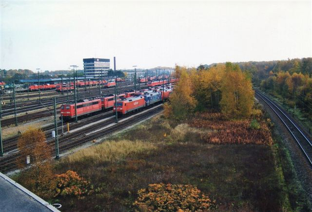 Samme sceneri, men taget fra siden. I baggrunden ved signalposten ses rangermaskiner, der til dels var helt nye Voith-lokomotiver. Også nord for denne samling henstod en ennnu større opstilling. Nogle må dog forventes at skulle køre tog efter weekenden?