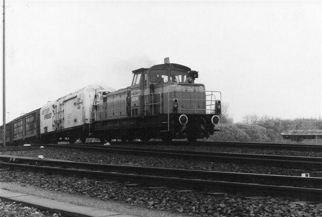 Et foto af AKN V2.016 på vej med tog ud på Billwerder Industriebahn.
