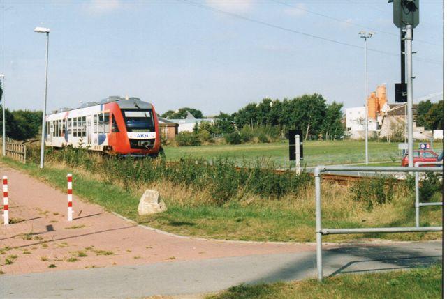 AKN-tog sydvest for Heide i Holsten 2003. Disse mere moderne togsæt har efterhånden afløst skinnebusser, Y-tog og andet ældre materiel. Mon ikke det er et Lint.