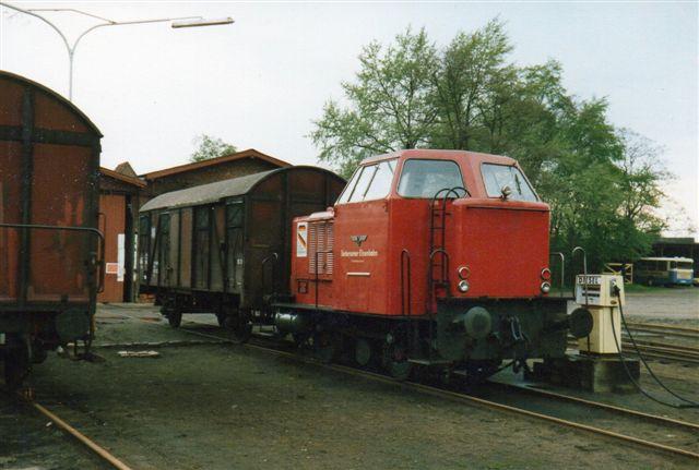 Mens der endnu var offentlig godstrafik. V1, MaK 220020/1957 på 240 hl på godsbanegården i Uetersen foran remisen. 1987.