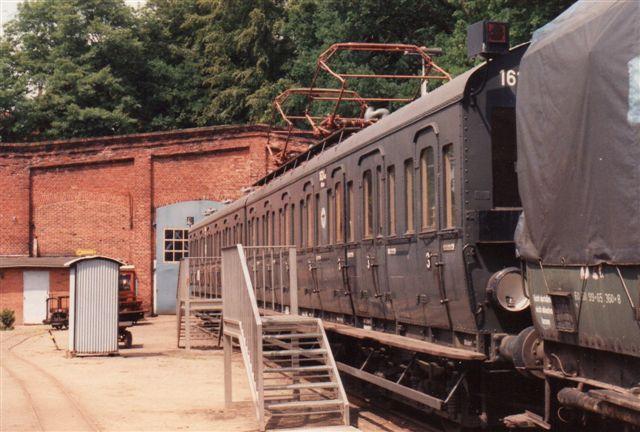 Elektrisk tog på Hamborgs forstadsbane, Blankenese - Ohlsdorf. Materiellet er bygget 1912 og kørte endnu 1952. I 1950 var det værkstedtog. I 1988 blev det fundet og hentet til Aumühle. Det er nu mærket DRG Altona 1624 A og B. Foto i Aumühle 1992.