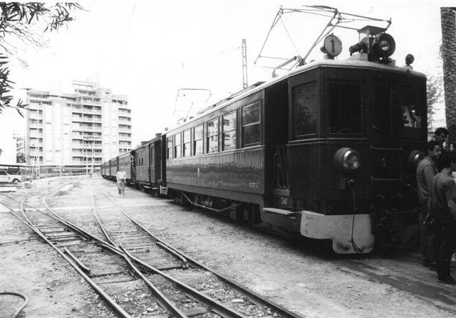 Ferrocarril Eléctrico de Sóller 1 på banens station i Palma. Toget består af fem vogne samt pakvogn, hvor der som i motorvognen også er siddepladser. Vognen har litra AAB FVH 1 . Der er ikke data på motorvogne, men nogen årsunge er det ikke.