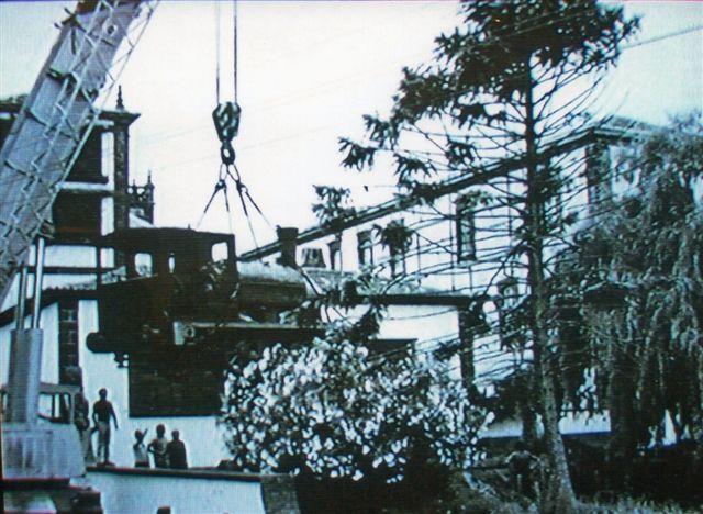 Havnen i Ponta Delgada på Saõ Miguelblev anlagt med brug af en 7 engelske fods entreprenørbane, der fortsatte som havnebane til ca. 1973. 7 engelske fod er 2133 mm. Banen havde flere lokomotiver, og i 1973 var endnu to i behold. Sporvidden brugtes også i Holyhead, Portland og Port Erin på Isle of Man. Her ses 2, Black Hawthorn 766/1883 enten på vej fra havene til museet eller på vej fra museet til Lissabon, hvor det i dag er bevaret. Foto: Ukendt kilde.