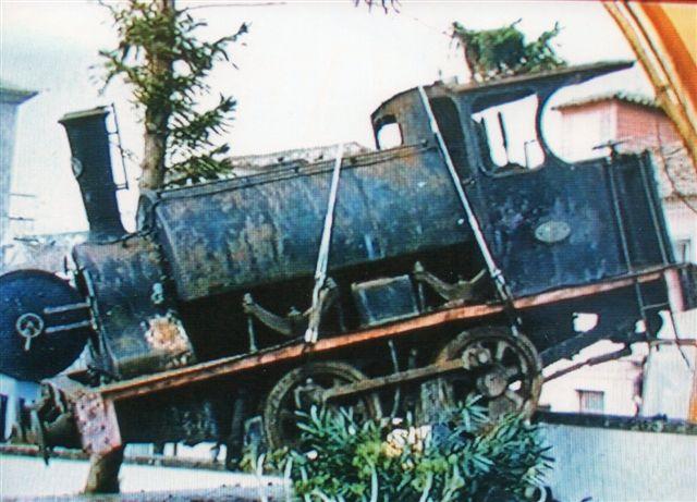 Falcon 165/1888. Her er det sikkert, at lokomotivet er på vej fra musset til Lissabon. Det havde stået ude i dårligt vejr i museets gård i flere år og var slemt medtaget. Foto: Ukendt kilde.