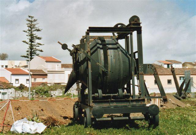 Denne mærkelige vogn har jernbanehjul. Jeg fandt den vest for havnen i Ponta Delgada. Sporvidden skridtedes af til to meter, så det passer meget godt med de 7 fod. Jeg troede en overgang, at betonkanonen også have jernbanehjul, men flancherne sidder forkert. Hjulene drejer blanderen rundt. Foto fra 2006.