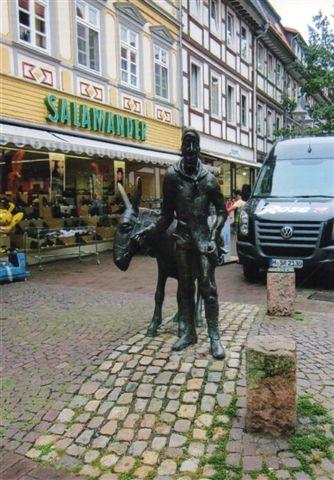 Statuen af kusken, der leverede mad til Snehvide og de syv Dværge og andre grubearbejdere dybt inde i Harzens uvejsomme bjerge. De lokale fyrster havde sat sig på gruberne, men de opdagede hurtigt, at de var nødt til også at give bjergværksfolkene mad. Her ses kun en enkelt mand med et æsel eller mulddyr? Ordningen gav imidlertid brød på bordet i mange af småstederne langs Harzranden som nu Osterode, der vel forsørgede Clausthal og Zellerfeld. Foto fra 2012.