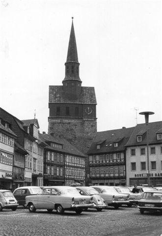 Kirken var også meget markant. Vi er stadig i 1963, hvor bilismen var uhæmmet. De hensatte vogne skæmmer den ellers smukke plads.