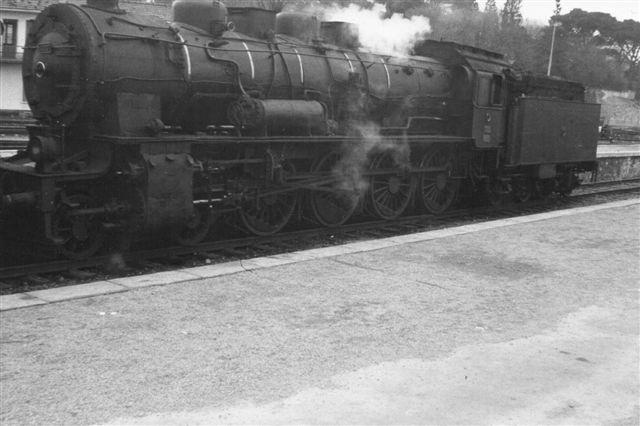 TCDD 46 007, tydelig tysk, formentlig fra Henschel. 1D. Foto i Haidar Pasha op, den asiasiske side af Istanbul 1968 af Hans Kristian Hansen. Jeg beklager, at der er mere perron end lokomotivoverdel, men det kan selv Picasa ikke klare.