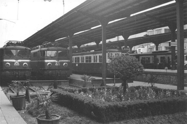 PÅ sæksporene i Sirkeci ses dels nogle nærbanetog dels nolge franskinspirerede elektriske lokomotiver. Nettet her elektrificeredes 1950 og fortsattes 1955.
