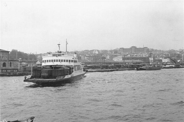 En af de mange færger, der besejlede Bosporus mellem Europa og Asien. Vogndækket hat tre spor alle besat med godsvogne.