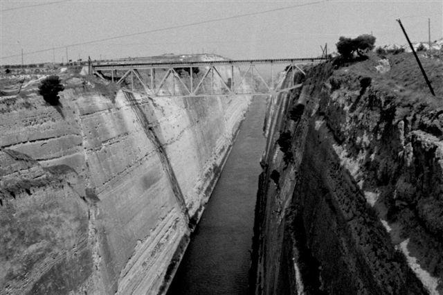 Pelepones er er græsk halvø forbundet med et kortere landtange, der imidlertid var gennembrudt af en kanal, som det i 1967 var srengt forbudt at fotografere. Imidlertid solgte grækerne selv postkort af jernbanebroen ovenikøbet med tog på, så derfor dette foto taget fra en kørende bus.