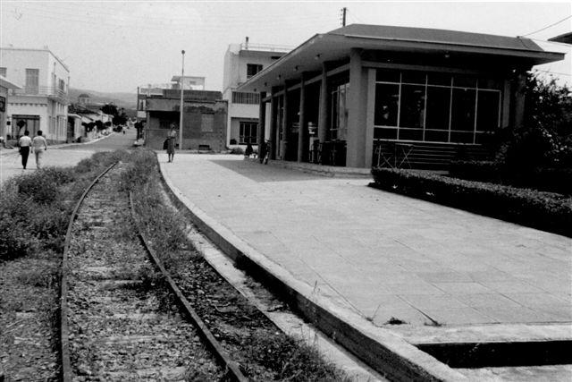 Loutraki på metersporbanerne på Pelepones. Da der aldrig sås tog her eller var ophængt køreplan, gik min far ud fra, at stationen var nedlagt, skønt stationsbygningen så ret ny ud.