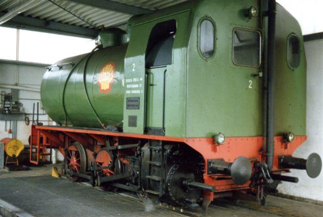I 1988 havde Shell stadig nr. 2 i reserve. Det var Krupp 3914/1958. Cfl. Den er således trekoblet og ses her inde i remisen. Den havde været under damp for vores skyld, men denne var sluppet op, inden vi med vores Shellguide mødte op. Typen hedder Rheinbriket, og den byggedes 1951 - 60 hovedsagelig til brunkulsbriketfabrikekr, hvor brunkulsstøv kan antændes af dieselmotorer, der ikke er eksplosionssikrede,