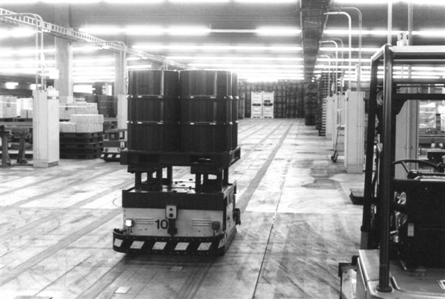 Smøreolielageret havde en automatbane. Det ser ud som der er skinner i gulvet, men det er slidspor. Vognene styres af elektronik indstøbt i betongulvet. Der futtede konsant vogne rundt, og de skiftede spor unde synlig indgriben. Det var med at se sig for her.
