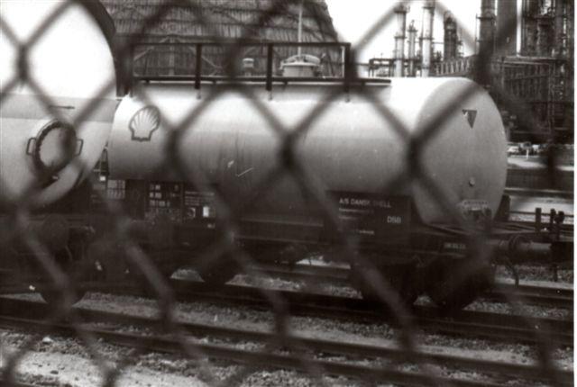 Taget gennem hegnet! Her var ikke linsehul eller kabelskab, og hegnet var meget højt, men vogne. Ikke bare er det en DSB-vogn; den er også hjemmehørende i min hjemby, Fredericia. Foto: 1987.
