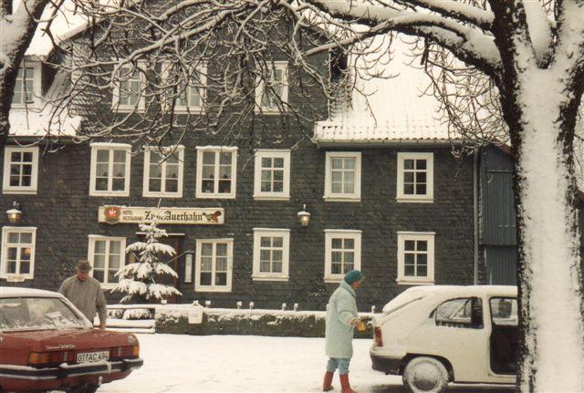 Hotellet som vi var nødt til at tage ind på, fordi vejen videre frem var spærret af sne. Det hed urhanen, og det er på dansk en tjur.