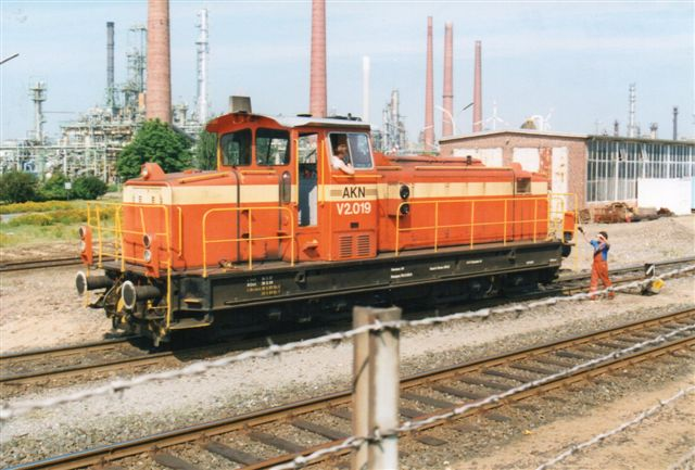2001 kørte AKN for Shell. Eventuelt var den lejet? Lokomotivet er AKN V 2.019, MaK 800168/1970. Type G 850 BB, Vil du kendes ved udseendet, er det måske, fordi VLTJ havde noget lignende?