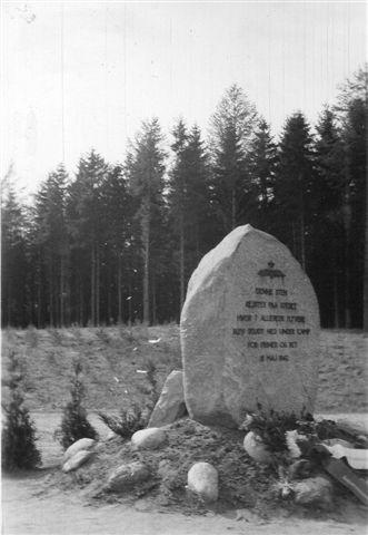 Mindesten for de omkomne allierede flyvere i Hindsgaul Skov. Vi var der kort tid efter nedskydningen, men fik selvfølgelig lov til at komme tæt på. Jeg kan huske, at skoven var væk, mend et var også alt, hvad jeg så. I 1947 var der rejste en mindesten. Skoven er stadig væk. Foto: Hans Kristian Hansen.