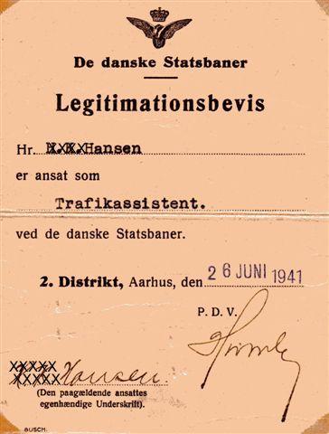 1941 måtte Statsbanerne udstede et Legitimitionsbevis, så min far kunne bevise, at han var ansat ved banerne. Bemærk, at der er på dansk. Dele af teksten har jeg gjort ulæselig, så billedet måske ikke i dag kan bruges til falske pas mv.