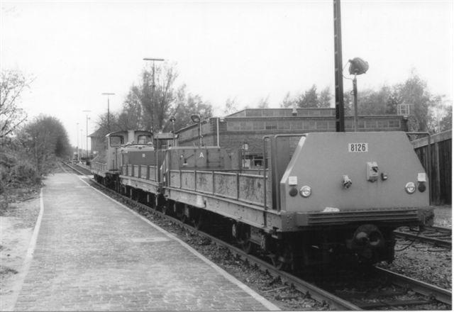 Vogn HHA 8126 sammen med yderligere vogne med specialprofil og centralkobling. 8011 holder her til klargøring med vogne i begge ender.