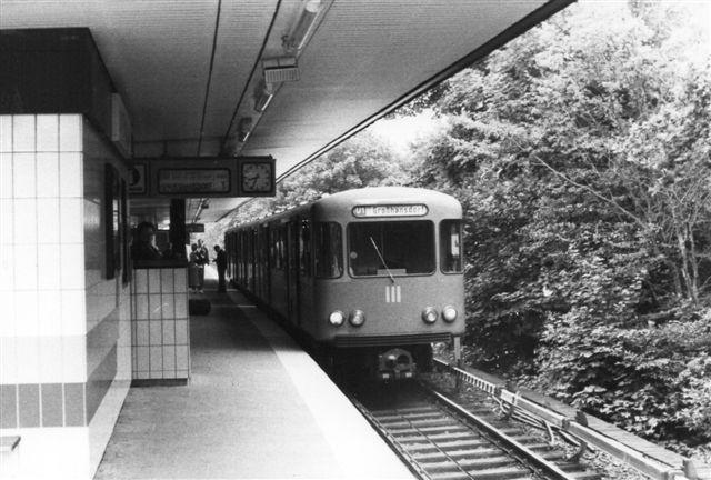 Her ses en af de almindelige typer på Hamburg-Lattenkamp på linje U 1 i 1982. I front HHA 9675.